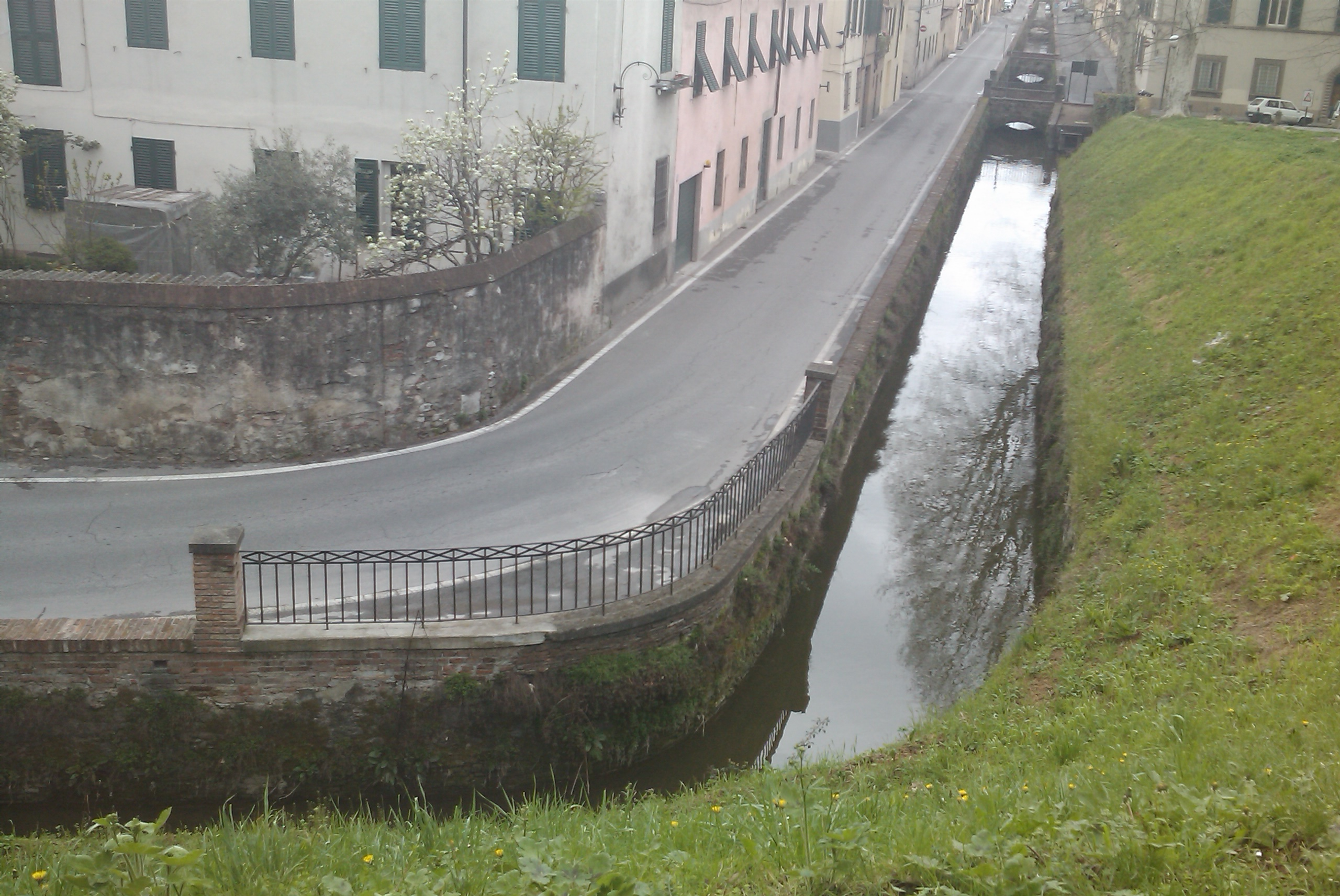 Bild eines Kanals in Lucca
